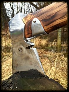 So eine Axt mit Schaftschutz will ich auch mal . Cool Knives, Knives And Tools, Knives And Swords, Bushcraft, Axe Handle, Tomahawk Axe, Beil, La Forge, Blacksmith Projects