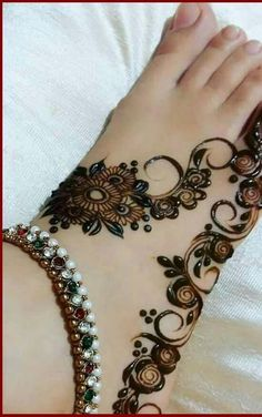 Are you crazy about the best and latest stylish leg mehndi designs? Mehndi Designs Feet, Simple Arabic Mehndi Designs, Legs Mehndi Design, Henna Art Designs, Mehndi Designs 2018, Stylish Mehndi Designs, Mehndi Designs For Fingers, Mehndi Design Photos, Wedding Mehndi Designs