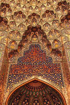 Die reich mit Kalligrafien und Arabesken verzierte Holzdecke der Sultan Qaboos Moschee in Maskat stellt das optische Gegenstück zum kunstvoll bestickten Teppich dar