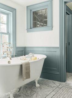 salle de bain colorée avec peinture murale blanche et lambris demi-mur en bleu grisâtre