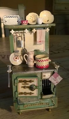 Retro Kitchen - Dollhouse Miniatures Inspiration, No tutorial just an image for ACL Fieldlog Research Miniature Rooms, Miniature Kitchen, Miniature Houses, Miniature Furniture, Doll Furniture, Dollhouse Furniture, Antique Dolls, Vintage Dolls, Antique Stove