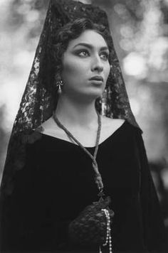 During the Holy Week, time seems to stop in Grenada when the entire city enters into the Semana Santa transes. Vintage Love, Vintage Photos, Mediterranean People, Spanish Culture, Spanish Fashion, Ethereal Beauty, Europe Fashion, Interesting Faces, Black And White Photography