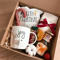 This easy project makes great gifts stand out, AND looks AMAZING under the tree? Diy Christmas Gifts For Friends, Homemade Christmas Gifts, Homemade Gifts, Holiday Gifts, Christmas Gift Baskets, Christmas Gift Box, Christmas Mood, Christmas Presents, Bff Birthday Gift