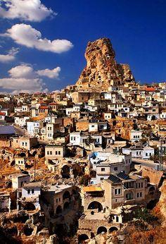 Uçhisar kalesi/Ürgüp/Nevşehir/// Uçhisar Kalesi Kapadokya'nın zirvesi, en güzel manzaraya sahip noktasıdır. Bin yıldan fazla süre boyunca hatta 1950'li yıllara kadar insanlar kale içine oyulmuş odalarda yaşamış. Bölgeye çok hakim bir noktada bulunduğu için stratejik açıdan önemi büyük. Kalenin tünellerle bölgenin değişik noktalarına bağlandığı da söylenir ama bu tünellerle ilgili henüz herhangi bir ize rastlanmamış.