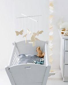 De slinger is zelfgemaakt en bestaat uit vormen van karton aan een visdraad net als de mobile met vilten figuren.