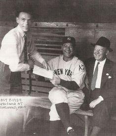 Frank Sinatra and Lou Gehrig in the same picture? Frank Sinatra asks Yankees player Lou Gehrig for an autograph during the 1939 World Series Lou Gehrig, New York Yankees Baseball, Ny Yankees, Damn Yankees, Yankees Baby, Rare Historical Photos, Rare Photos, Historical Quotes, Vintage Photos