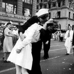 NY,1945. Un marinero besa a su pareja, simbolizando el fin de la II Guerra Mundial. Designado el beso más famoso de la historia