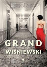 Sopocki Grand Hotel - miejsce w którym wiele się dzieje, a książka zaczyna się od wielkiej zagadki na samym początku. W tym miejscu dzieją się dziwne rzeczy i zagadkowe historie.