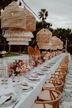 """""""Las pantallas para lámparas elaboradas con materiales orgánicos como ratán, palma y bambú, son una de las tendencias favoritas de las decoraciones de boda de playa."""" Wedding Table, Wedding Reception, Rustic Wedding, Wedding Venues, Wedding Day, Reception Ideas, Wedding Dreams, Summer Wedding, Wedding Photos"""