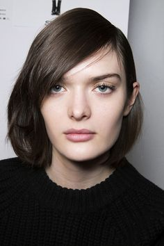Sleek-medium-short-hairstyle-with-side-part