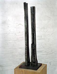 """Plastik """"Paar - Seelenverwandtschaft"""", Stahl geschmiedet, Höhe ca. 800 mm. Zwei Stelen stehen in Beziehung. Das strukturierte weich wirkende Innenleben ist umgeben von einer scharfen Kontur."""