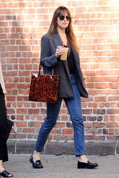 Johnson dons a tweed blazer and loafers for an outing in NYC Need a jolt: Dakota Johnson was spotted grabbing coffee in NYC on Thursday.Need a jolt: Dakota Johnson was spotted grabbing coffee in NYC on Thursday. Estilo Dakota Johnson, Dakota Johnson Street Style, Dakota Style, Dakota Jhonson, Dakota Johnson Hair, Blazer En Tweed, Look Blazer, Casual Blazer, Casual Outfits