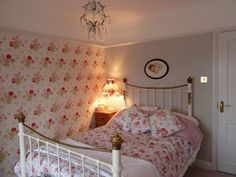 Colour Study: Farrow and Ball Cornforth White (Modern Country Style) Shabby Chic Bedrooms, Bedroom Vintage, Shabby Chic Homes, Country Bedrooms, Cath Kidston Bedroom, Cath Kidston Home, Cornforth White Bedroom, Style Cottage, Modern Country Style