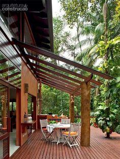 Pergolado de madeira com proteção transparente