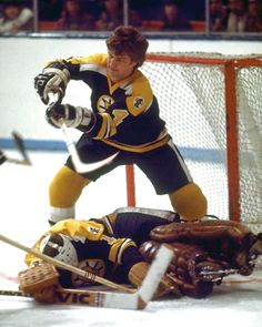 Bobby Orr, Boston Bruins - because that's what a good teammate does! Hockey Games, Ice Hockey, Funny Hockey, Hockey Mom, Boston Sports, Boston Red Sox, Boston Bruins Hockey, Chicago Blackhawks, Hockey Pictures