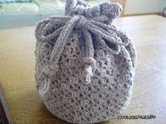 バザーに出品した編み図です^^ お待たせしました。シルクでザックリ編んだ丸底の巾着で、レーシーすぎず、かといってカッチリすぎず、実用的な感じになったんじゃないかなと思います^^【編み図ダウンロード】編み図を見るには、↓の