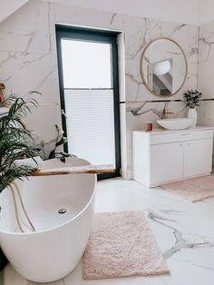 What a gorgeous bathroom! Home Room Design, Bathroom Interior Design, Living Room Designs, House Design, Boho Bathroom, Bathroom Colors, Wc Bathroom, Modern Vintage Bathroom, Bathroom Windows