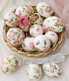 œufs de Pâques enjolivés à l'aide de serviettes à roses