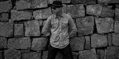 """Com quatro canções autorais, """"Relation-chip"""" transita entre a MPB, o rock e o folk. Letras que refletem um olhar minucioso sobre o outro e sobre o mundo, arranjos comprometidos com a estética e uma voz doce que capta até os ouvintes mais desatentos. Assim é Relation-chip, primeiro trabalho autoral do cantor, compositor e instrumentista Jhonny…"""