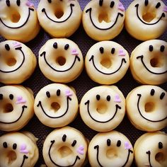 smiling donuts Fancy Donuts, Cute Donuts, Mini Donuts, Baked Donuts, Doughnut Shop, Doughnut Cake, Cute Snacks, Cute Desserts, Donut World