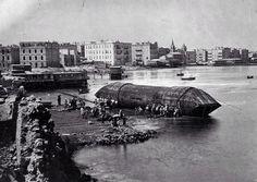 مسله تحتمس الثالث المعروفة بمسله كليوباترا اثناء نقلها من الإسكندريه لأنجلترا سنه 1870
