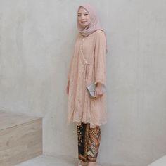 39 ideas dress brokat hamil for 2019 Model Kebaya Brokat Modern, Kebaya Modern Hijab, Dress Brokat Modern, Kebaya Hijab, Kebaya Dress, Dress Brukat, Model Kebaya Modern Muslim, Kebaya Simple, Trendy Dresses