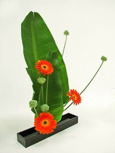 Ikebana stands for bringing together different elements and creating a unified composition. The art of flower arrangements has deep roots in. Small Flower Arrangements, Ikebana Flower Arrangement, Ikebana Arrangements, Small Flowers, Beautiful Flowers, Arte Floral, Bonsai, Ikebana Sogetsu, Orange Wedding Flowers