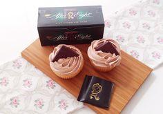 Romige vulling en toppings voor cupcakes en cakes maken met slagroom en after-eight chocolaatjes.