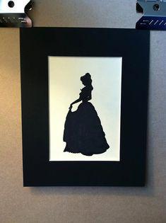 Questa è una silhouette di Belle da bellezza Disney e la bestia. Limmagine stessa è 5x7 disegnata in inchiostro nero su un cartoncino color crema e montato su un telaio arruffato nero 8x10. Dato che questo è fatto per ordine ci possono essere differenze sottili (ma piuttosto