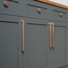 Copper Handles Kitchen Cabinets - It is time to take a brand new look at your home design and look at the kitchen cabinet pan Kitchen Ikea, New Kitchen, Kitchen Dining, Closed Kitchen, Shaker Kitchen, Cheap Kitchen, Awesome Kitchen, Armoire Rose, Kitchen Cabinet Hardware
