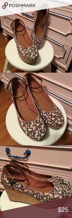 """💐Floral wedges🌸 Crown Vintage floral canvas shoes, cork wedges, non-leather ankle strap & back of heel (3"""" high/1-3/8"""" platform in front) size 8-1/2M, only worn a couple of times, like new! So cute on! Crown Vintage Shoes"""