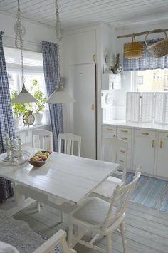 Lovely cottage kitchen has a little Scandinavian flair. hagbacken.blogspot.no