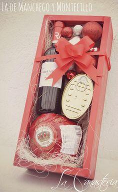 La de Manchego y Montecilloes una delicia de arreglo navideño diseñada especialmente para aquellos amantes de quesos fuertes con un Kg de Queso Edam Holandés, latería fina como Mejillones en escab…