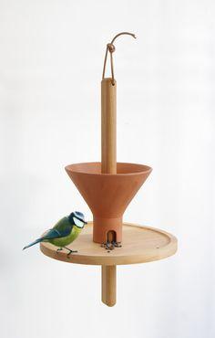 Silo / mangeoire à oiseaux en forme de silo à grain. Terre cuite, bois huilé et cuir. / NormalStudio