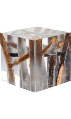mesa lateral de resina com galhos