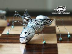 Insecten van kleine steentjes, aluminium folie, ijzerdraad, kraaltjes en vleugeltjes van een plastic fles. Wat een geinig idee!