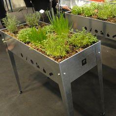 Plantjes kweken op stahoogte. Dit heb je nodig als je wilt tuinieren zonder tuin. Dus voor dakterras, balkon, patio, binnentuin of kleine stadstuin. Oogst je eigen kruiden, sla en bietjes op je eigen balkon.