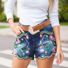 Shorts jeans com bordado de flores colorido perfeito para um look mais despojado para o dia a dia