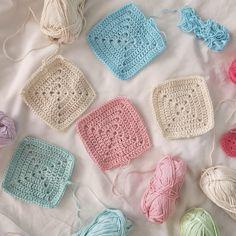 motleycraft-o-rama: From ByHaafner Flower Granny Square, Crochet Granny Square Afghan, Crochet Squares, Granny Squares, Manta Crochet, Diy Crochet, Crochet Ideas, Yarn Inspiration, Baby Afghans