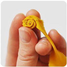 生地をどんどん折りながら巻いていくことにより、バラの花びらのような形が作れます。途中、手芸用の接着剤を使って留めながら巻いてください。
