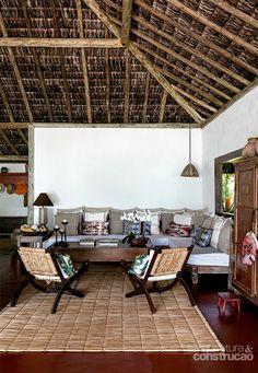 Janelas amplas e cobertura natural integram bangalô à paisagem - Casa#4#4