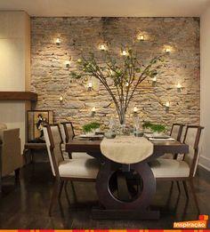 Os revestimentos de pedras para as paredes tem sido trazidos novamente por meio da arquitetura contemporânea; porém, nesta sala, a parede ganha um charme a mais por meio do sensacional projetos de iluminação que deixou o ambiente, além de lindo, super aconchegante. #Decoração #Arquitetura #Iluminação