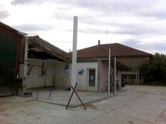 Milk parlour extension with prefabricated building corner supports