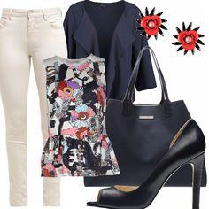 Pantalone cinque tasche bianco, top peplo stampa fantasia, blazer blu, scarpa con tacco aperta in pelle blu, maxi bag blu, orecchini con pietre e cristalli a forma di fiore.