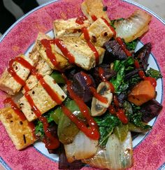 """(@dubz_fitness) Big ol tofu bowl! Tofu, purple & regular sweet potatoes, onions, green peppers, mushrooms, kale. and I definitely added wayyy more Sriracha than this (bc #hotsauceislyfe) post picture was taken, otherwise people would have focused too much on the sauce and been all """"woah Dubz chill out that's a lot of Sriracha omg"""" and I woulda been all like """" no it's a very normal amount for me, plz just focus on my vegetarian efforts, thnx."""" MyRecipe lågkalori"""