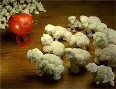 Veggie Art > Tomato Teacher with her/his class of Cauliflower Sheep(kids) L'art Du Fruit, Fruit Art, Fruit Cakes, Fresh Fruit, Cute Food, Good Food, Funny Vegetables, Veggie Art, Funny Fruit