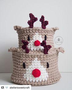 Repost de uma fotinho nossa de novembro/2016 (com a logo antiga até! 🙈) pra dizer que os nossos cestinhos de reninha estarão conosco nos próximos bazares! Afinal, o Natal está chegando! 🎄⭐️🦌 . #Repost @ateliersweetcraft (@get_repost) ・・・ A produção de natal não pára por aqui! 🎅🎄🎁 . . . #ateliersweetcraft #sweetcraft #craft #crochet #fiodemalha #trapillo #tshirtyarn #cesto #cestinho #cestoorganizador #cestomultiuso #basket #natal #christmas #rena #reindeer #homedecor #decor #decoraçãoden... Christmas Crochet Patterns, Holiday Crochet, Crochet Gifts, Diy Crochet, Crochet Jar Covers, Hello Kitty Purse, Crochet Bowl, Crochet Baby Boots, Christmas Tale
