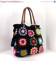 He encontrado este interesante anuncio de Etsy en https://www.etsy.com/es/listing/195056880/sale-crochet-granny-squares-handbag-with