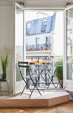 Aménager l'espace devant une fenêtre : 10 solutions déco - Marie Claire Banquette, Magazine Rack, Terrace, New Homes, Exterior, Windows, Cabinet, Storage, House