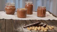 água e junte 520 gramas de chocolate partido em pedaços. Quando o chocolate estiver derretido, deite-o no jarro e bata vigorosamente com a batedeira...